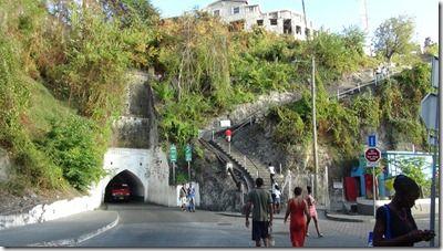 独特な階段と小さなトンネル