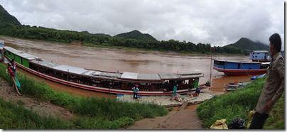 ラオスのメコン川を移動するソローボート