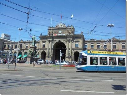 チューリッヒ駅前の光景