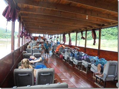 ラオスのメコン川船旅の船の中