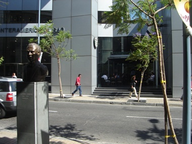 銅像の方がまだ目立っちゃってるチリのセントロのスタバ
