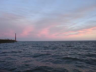 夕暮れの海岸沿い