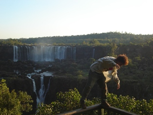 やっぱりっ!…。。手すりから落ちて滝に転落…!!