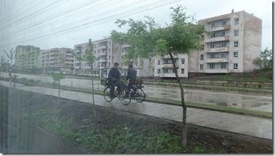 質素な自転車で移動する北朝鮮市民