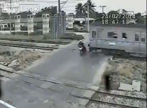 【完全にバカ】遮断機の降りた踏切をバイクで突破しようとした16歳が電車にはねられ死亡