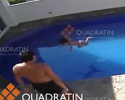 3歳の少女が繰り返しプールに投げ込まれ溺死する