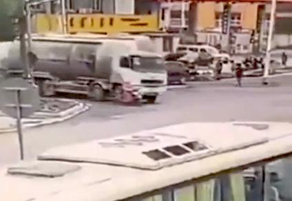 【衝撃映像】トラックの死角を走っていたバイクが潰される(°_°)