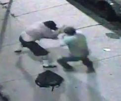 酔っぱらい2人が路上で殴り合い、その後…