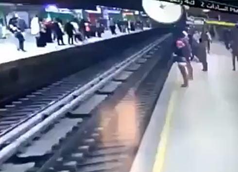 【閲覧注意】電車に頭を踏まれるように寝そべって自殺。