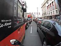 バスの運転手GJ。すり抜けバイクと歩行者が救われた10秒動画が人気に。