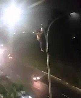 【閲覧注意】エクストリーム自殺。道路の高い街灯に登って首を吊った男。