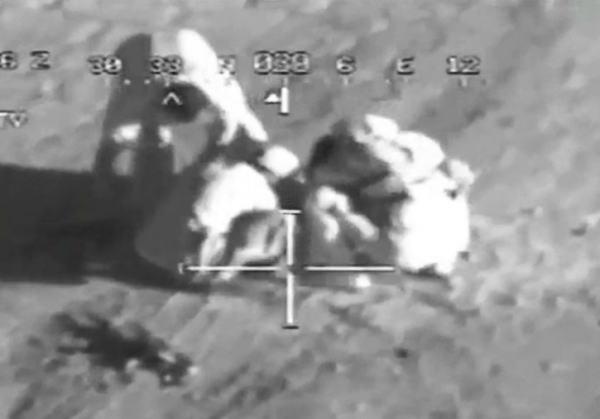 【衝撃映像】道路脇に爆弾を仕掛けようとしていたテロリストが失敗して吹き飛ばされる瞬間