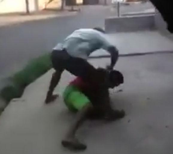 ブラジルのストリートで男2人が口論から殴り合いに。男性が殴り殺される