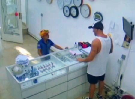 おもちゃの拳銃を持って武装強盗しようとした9歳の男の子が店主に追い返される。アルゼンチン。