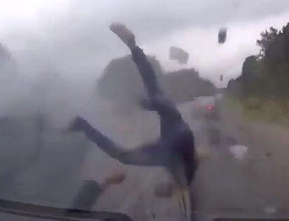 猛スピードで追い越しをする車が対向車線のトラックに激突、車内から人が放り出される