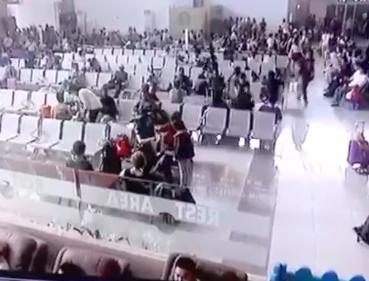 インドネシアの空港の待機室の天井が突然崩壊する・・・ 【動画】
