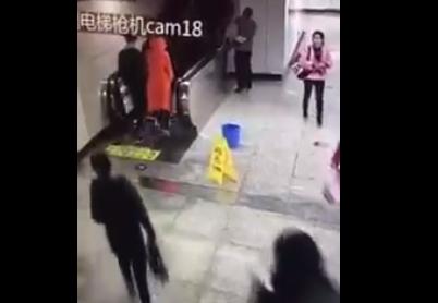 中国のエスカレーターで起きた信じられない恐ろしい事故【動画】