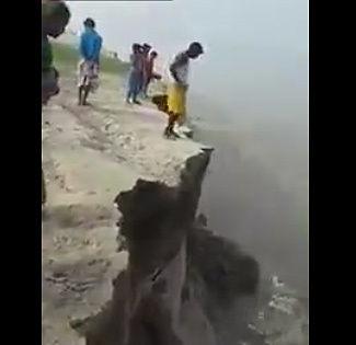 崖の先に立つ男性。崖が崩れ転落してしまう【動画】