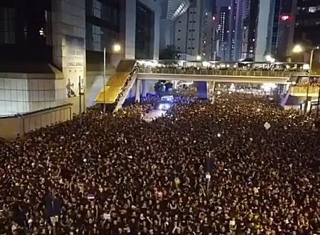 香港のデモで救急車の為にみんなが一斉に道を開ける動画がすごいと話題に。