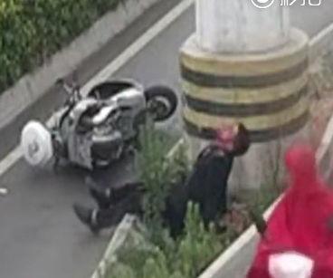 スクーターに乗った男性が柱に激突し血だらけで倒れるが素通りする中国人達