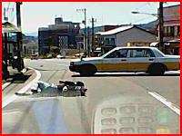 バイクの兄ちゃん1回転半。広島で撮影されたタクシーとバイクの事故映像が酷い。