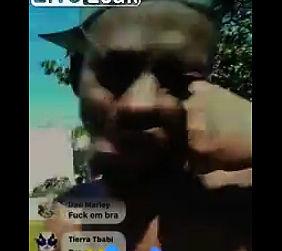 ライブ配信中の男性が突然殴り倒される【動画】
