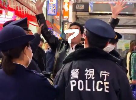 新宿でヤバそうな男が警官に押さえつけられて簀巻きにされる動画が話題に。