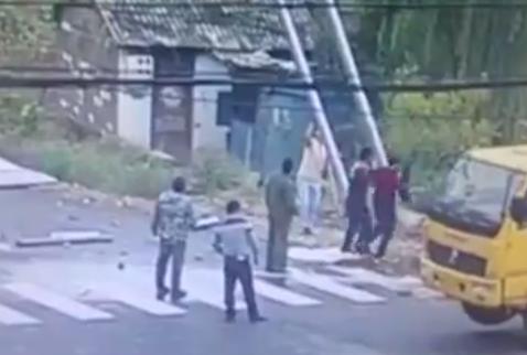 看板を運ぶ労働者が一瞬で感電する映像がマジでヤバイ【動画】
