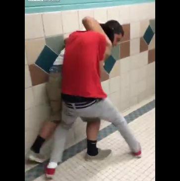 学生2人がトイレで激しい喧嘩、豪快に投げ飛ばしノックアウト【動画】
