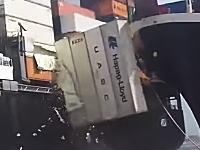 大切な積み荷のコンテナが!カラチの港で巨大コンテナ船同士が接触する事故のビデオ。