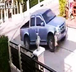 道を横切ろうとする子供がピックアップトラックに轢かれ死亡
