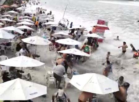 ビーチを襲った突然の大波にパニックになる海水浴客。リオデジャネイロ。