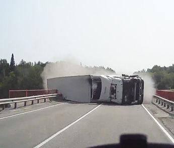 大型トラックが横転し迫ってっくる