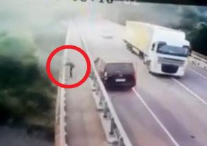 車が橋で事故る ⇒ ドライバーが物凄い勢いで橋から飛び降りる動画が怖すぎると話題に