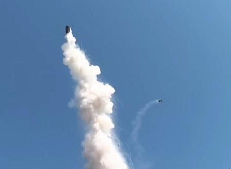 ドラム缶めっちゃ飛ぶやん(°_°)トルコの工場で爆発が起きドラム缶がミサイルみたいに打ち上がる。
