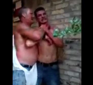 2人の酔っ払いが最後のビールを争い殴り合う