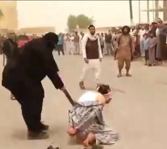 【閲覧注意】ISISが大勢の前で男性の首を斬り落とす