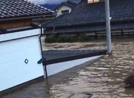台風19号の被害状況、長野市穂保で千曲川の堤防が決壊して町が完全に水に浸かってしまう。