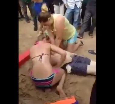 観光客の男性が海で溺れ、女性達が必死に心肺蘇生法をするが…