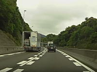 日本トランスネットwww高速で前を走るトラックの荷台のドアが突然開いて・・・。