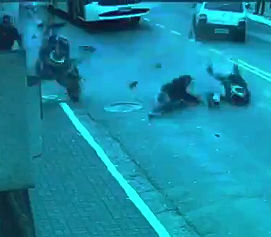 警察車両に追われる2人乗りバイクが車に激突し転倒するが必死に逃げる
