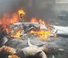 【閲覧注意】飛行機の墜落現場で撮影された丸焼けになった男性の映像。