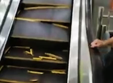 中国でまた恐ろしいエスカレーター事故が起きる。動きながら自ら壊れていくステップ。