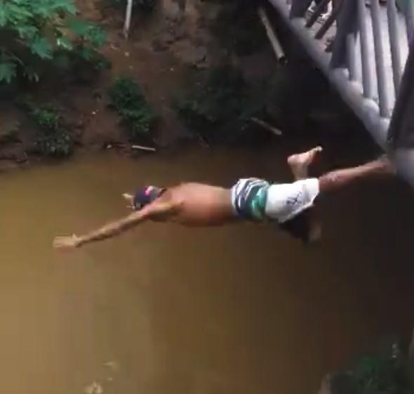 浅すぎた。橋の上から川に飛び込んだ男性が亡くなってしまう事故のビデオ。