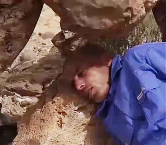 【閲覧注意】ISISが捕虜男性の頭に岩を落とし殺害する