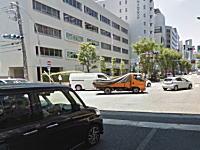 南森町の交差点で緊急走行中のパトカーとプリウスが事故( ˘・з・)どうなるのっと。