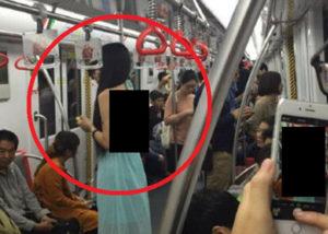 【画像】電車でエロい服着た女の子の背中がヤバすぎる・・・・・