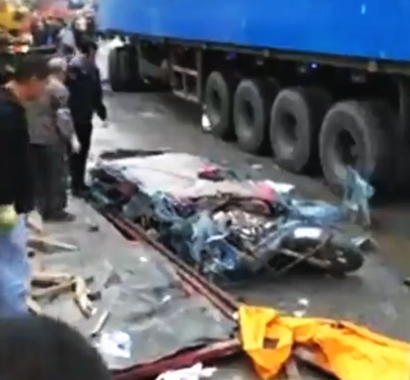 【衝撃映像】完全に潰された車内に人の顔らしきものが・・・。