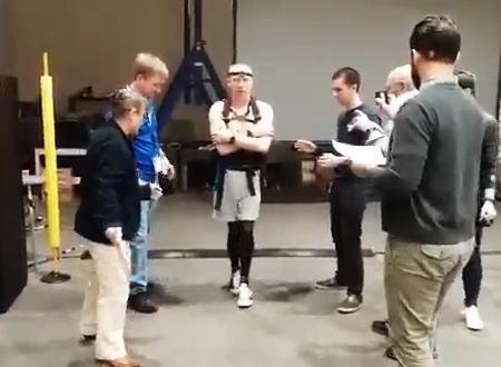 宇宙に長期間滞在した宇宙飛行士はこうなってしまう。地上で歩行訓練を受けているドリュー・フューステル宇宙飛行士の映像。
