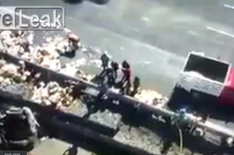 高速道路の清掃員達に突っ込むトラック。その事故現場が酷い・・・【動画】